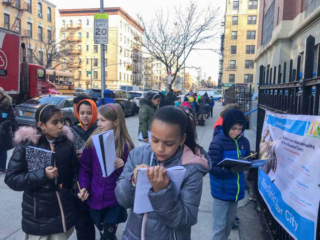 Los estudiantes embarcaron en una caminata de su comunidad como etnógrafos